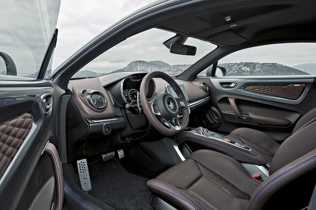 画像: 高さ調整・リクライニング機能付きのサベルト製ブラウンレザースポーツシートなどを備えたインテリア。