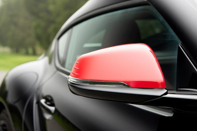 画像: トヨタ スープラのドアミラーに採用された3つの「エアロスタビライジングフィン」。