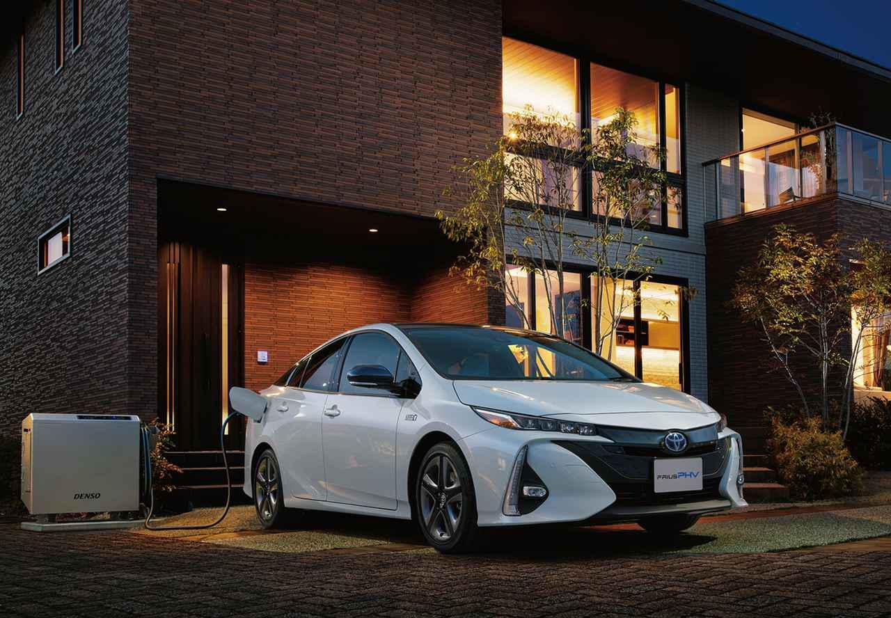 画像: 車種によっては大容量バッテリーの特徴を活かして充電だけではなく外部への給電も可能としている(写真はプリウスPHV:外部給電機能はオプション。別売の専用V2Hアダプターが必要)。