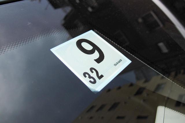 画像: 車検に合格すると発行されるステッカー。