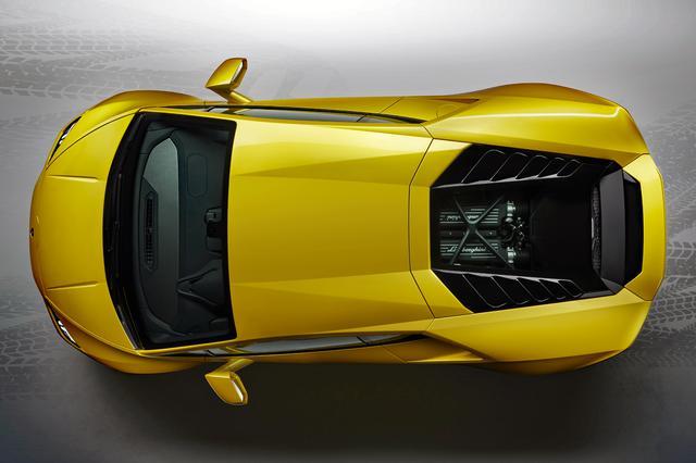 画像: ミッドシップ搭載されるV10エンジンは4WDより少しデチューンされている。