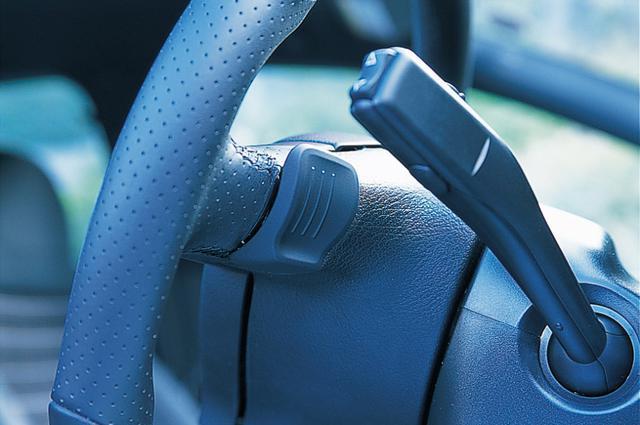 画像: ゴルフGTIのパドルシフトのスイッチは、予想していたものより小さく、指で触った感触が平らで、クリックもストロークが短く軽く感じた。パドル操作で強制的にドライブモード(Dレンジ)に戻すことができる。