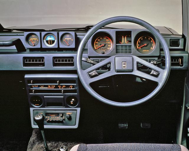 画像: メタルトップワゴン XLのインパネ。本格的オフローダーらしく傾斜計も備えている。