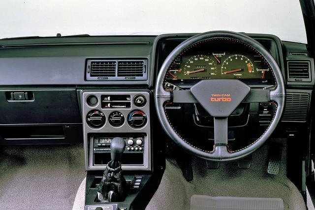 画像: 本革巻きステアリングのセンターパッドに「TWIN CAM turbo」のロゴが誇らしげに入る。