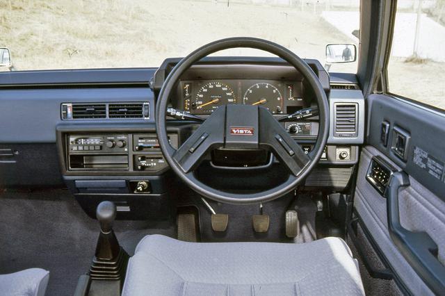 画像: インパネのデザインはオーソドックス。上級グレードではデジタルメーターも設定された。