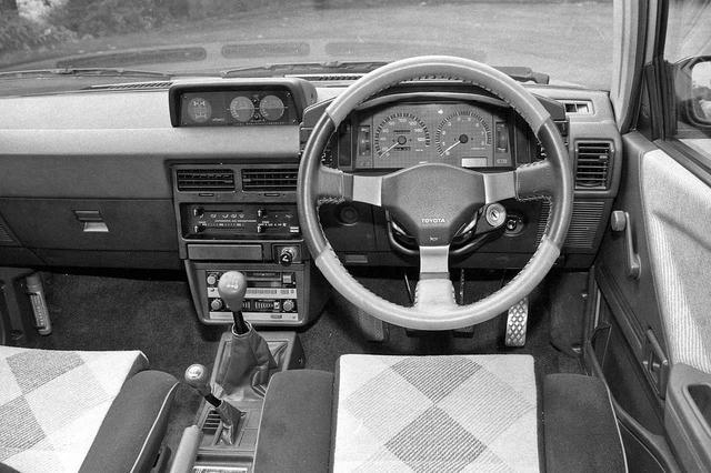 画像: シフトノブの後方にFFと4WDを切り替えるトランスファーが備わるのもクロスオーバーの証。