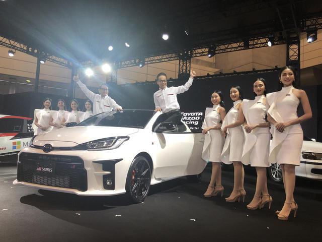 画像: 発表会で登場したGRヤリスと、そこに乗るトヨタの豊田章男社長(左)とGAZOO Racing Companyの友山 茂樹プレジデント(右)。