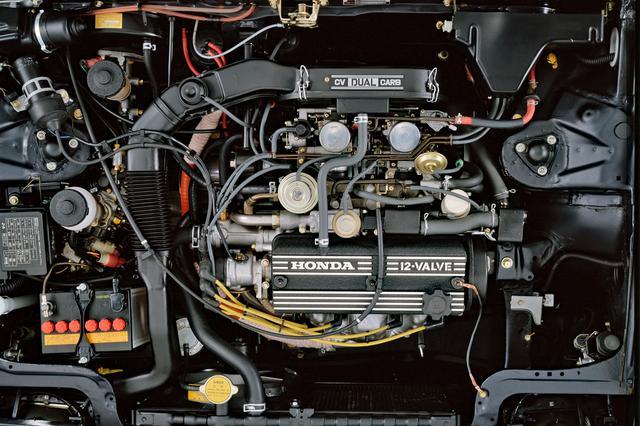 画像: 1.8Lの直4 SOHCは吸気2/排気1の3バルブ方式を採用。ヘッドカバーには「12 VALVE」と刻まれていた。