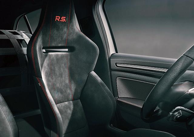画像: サベルト製のモノコックレーシングシートも標準装備。リアシートレスだから乗車定員は2名。