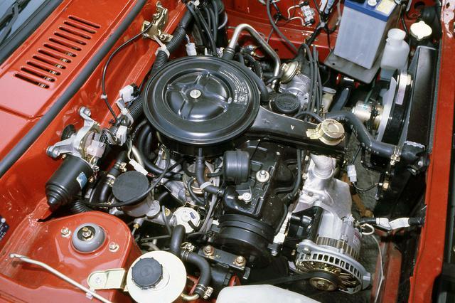 画像: 1L(正確には987cc)の直4 SOHCエンジンは57ps/8.0kgmだが軽量ボディには十分だった。