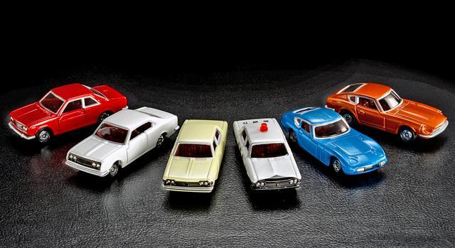 画像: トミカ50周年記念コレクション。左から、ブルーバードSSSクーペ、コロナ マークII ハードトップ、クラウン スーパーデラックス、クラウン パトロールカー、トヨタ2000GT、フェアレディZ432。希望小売価格は、各700円(税抜き)。