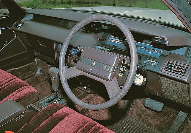 画像: 4ドアハードトップのフロアシフト車は、エレクトリックディスプテイメーターが標準装備された。
