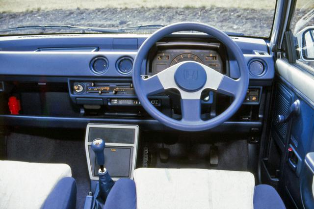 画像: ミッションは5速MTのみ。ステアリングやメーターのデザインもシティターボから変更されている。