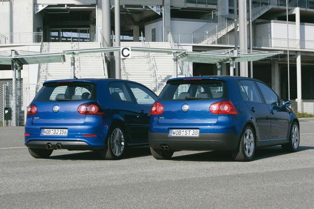 画像: ゴルフR32(左)とゴルフGTI。R32はセンター2本出しマフラーが特徴。