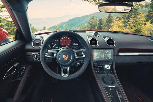 画像: ポルシェ 718ケイマン GTS 4.0のコクピット。タコメーターのレッドゾーンは7800rpmからはじまっている。日本で販売されるモデルは右ハンドル仕様となる。