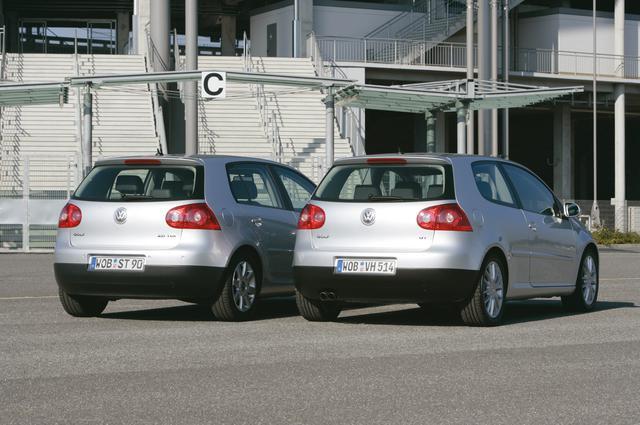 画像: ゴルフ2.0TDI(左)とゴルフGT。TDIはマフラーをあえて見得ないようにしている。