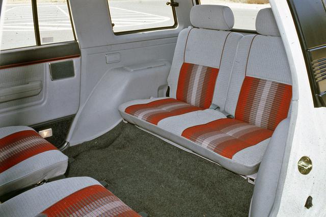 画像: 6人乗りは2列目シートを後ろ向きにできる、いわゆる回転対座シートだった。ただし対座での使用は停車中のみ。