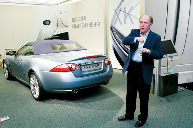 画像: 2代目ジャガーXKのデザインについて、デザイナーのイアン・カラム氏が説明してくれた。アストンマーティンのデザインも手がける氏は「2つの世界的なスポーツカーブランドのデザインを同時に手掛けるのは至福」と語った。