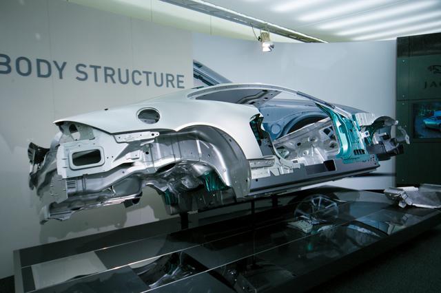 画像: フルアルミボディを採用したことが新型ジャガーXKの大きな特徴。ボディの単体重量はわずか345kg。