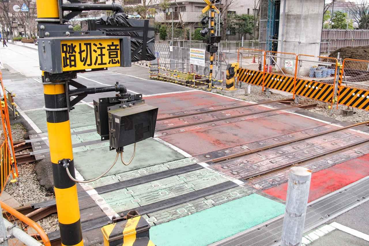 Images : 1番目の画像 - 廃線になった線路の踏切で一時停止するか - Webモーターマガジン