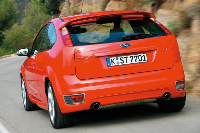 画像: 2代目フォード フォーカスに設定されたスポーツモデル「ST」。欧州ではゴルフGTIのライバルとなっていた。