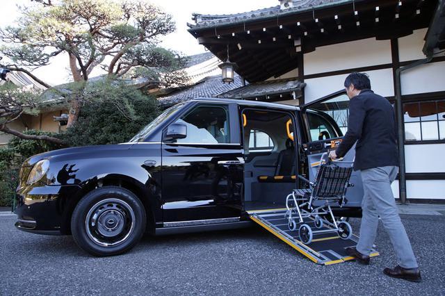 画像: 車両の床面には長さ1280mmのスライド式スロープが設置されている。