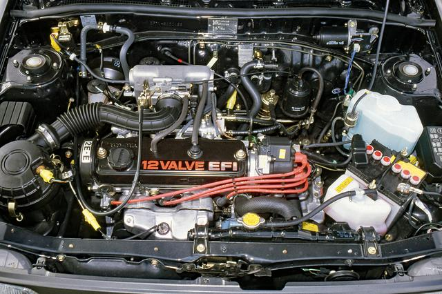 画像: SOHCながら吸気2/排気1の3バルブを採用。ヘッドカバーには「12VALVE EFI」と刻まれている。