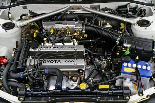 画像: AE86などに搭載される4A-G型を横置きして前輪を駆動する。エンジンルーム内にはパフォーマンスロッドも備える。
