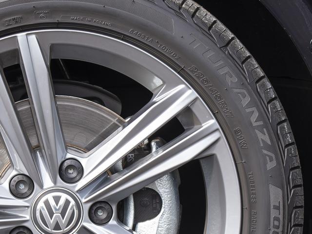 画像: タイヤサイズ「225/45R17 91W」。タイヤ幅225mm、扁平率45%のラジアルタイヤで、17インチホイール用。615kgまでの負荷能力を持ち、270km/hまで走行可能であることを示す。