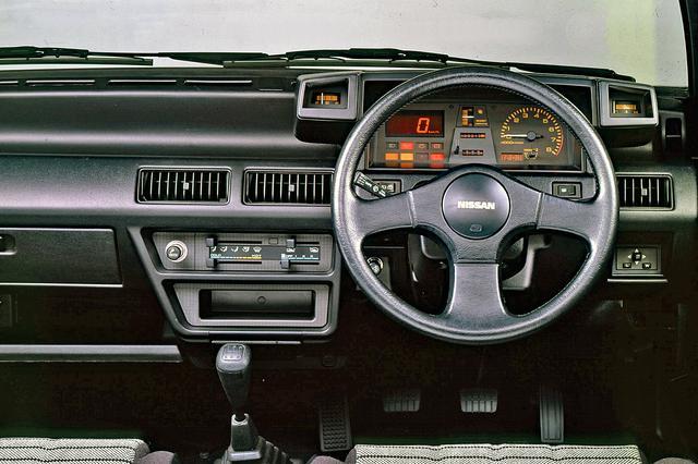 画像: インパネの基本デザインはNAと同じだが、スピードメーターはデジタルとなり、クラスター両脇にサブメーターが備わる。