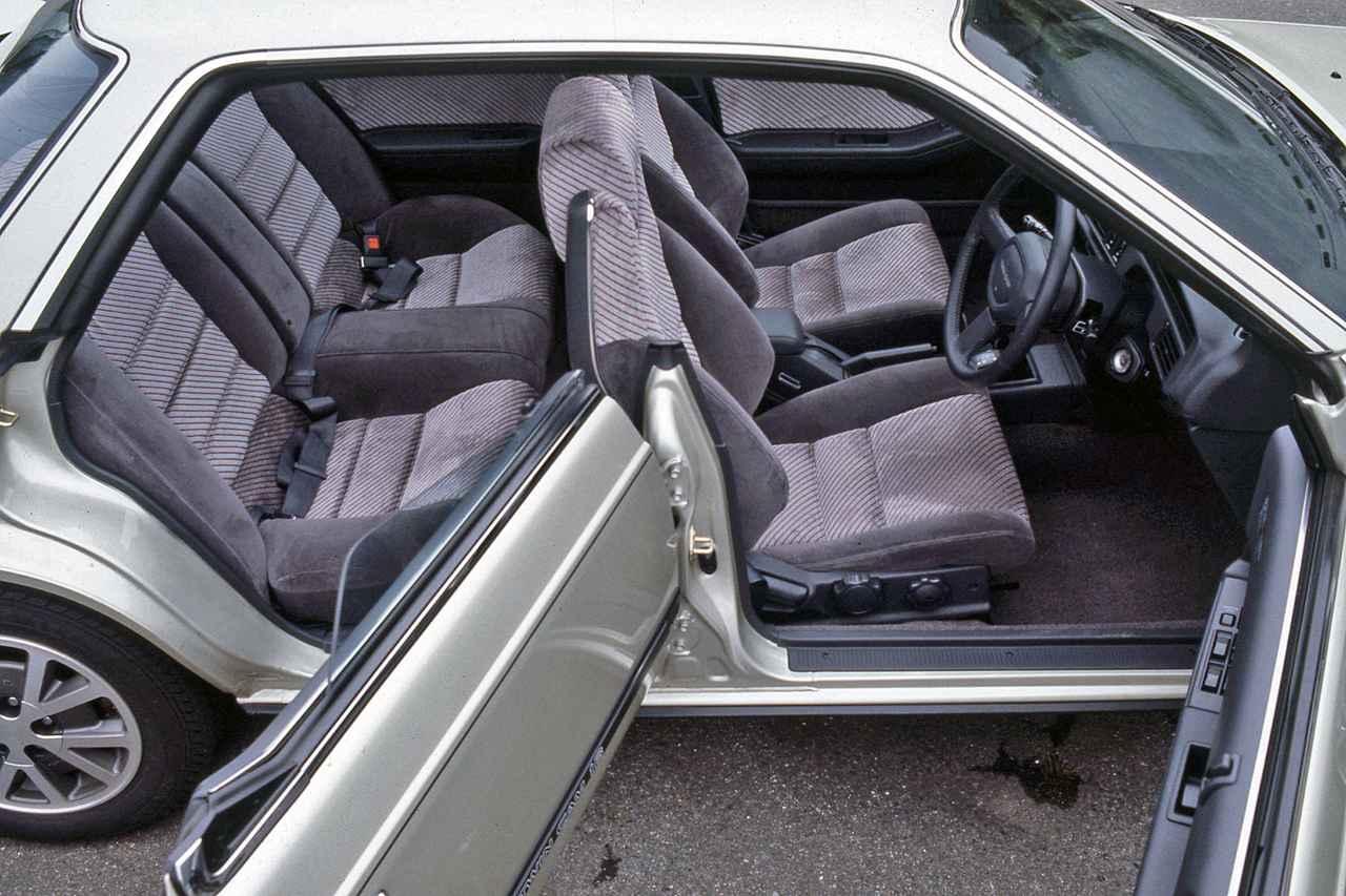 画像: トヨタ初のセンターピラーレス4ドアHTを採用。後席はおとな3名では少し狭い。