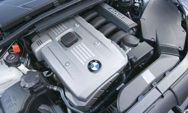 画像: 330xiの2996cc直列6気筒ガソリンエンジンは、BMWを象徴する主力パワーユニットと言える存在。回転が上がるほどにスムーズに回る感触は出色。マグネシウム・アルミ合金を使った軽量設計が話題となった。