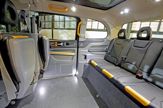 画像: 折りたたみ式の対面シートも備え、客室は5名乗車が可能(助手席は乗車不可)。