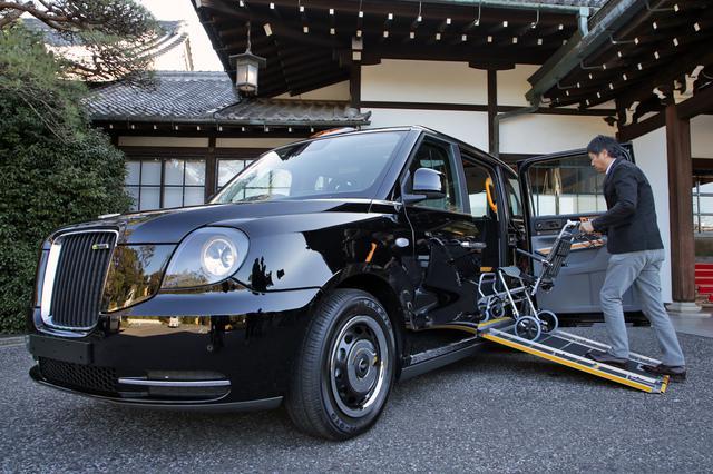 画像: 車両床面に設置されるスライド式スロープにより、車いすの乗客の乗降性を高めている。