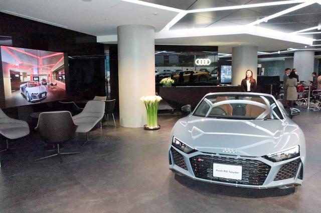 画像: ショールーム内には普段は3台の車両が展示される予定だ。
