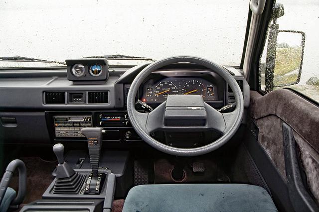 画像: ダッシュボード上には高度計や傾斜計も備わり、ヘビーデューティな走りに対応する。