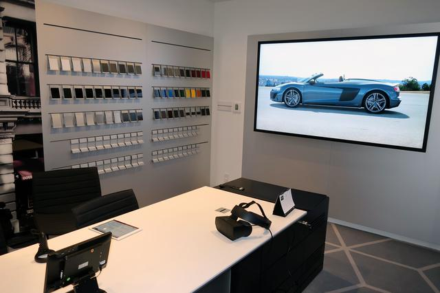 画像: VRでユーザーの希望するオプションなどを装着した車両を可視化できるコーナー。