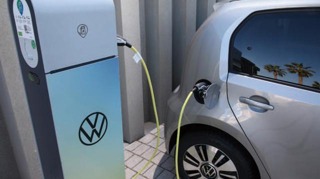 画像: 充電は交流7.2kWのウォールボックス(家庭用充電ステーション)を使って4時間、オプションの40kW直流充電では1時間で80%に達する。