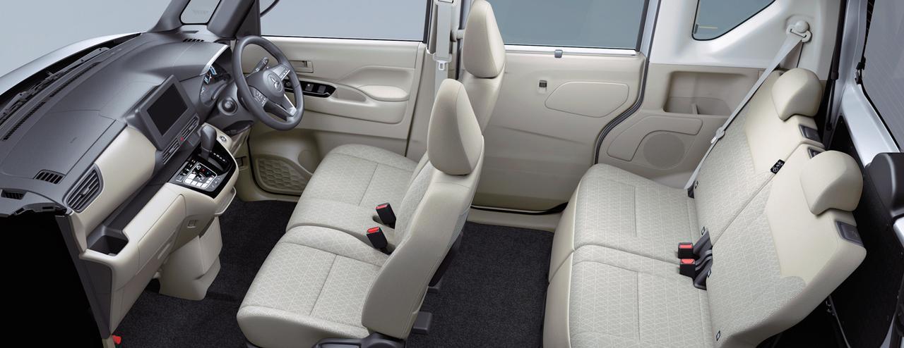 画像: eKスペースのインテリア。後席の足下はかなり広そうだ。
