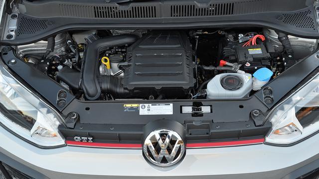 画像: 最新Tクロスにも搭載されるDKR型エンジン。車重が270kg軽く、6速MTのアップ!は楽しさで上回る。