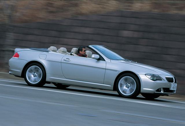 画像: 2003年10月に日本デビューを飾った645iカブリオレは、当初、V8 4.4L(333ps)エンジンを搭載していたが、し2005年10月に新型のV8 4.8Lに変更され、最高出力も+34psの367psまでアップ。モデル名も650iカブリオレとなった。