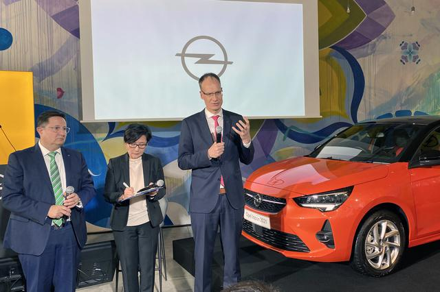 画像: コルサの前で説明する、オペルオートモビルGmbH CEO およびグループPSA 執行委員のM.ローシェラー氏。左はグループPSAジャパン オペル・ブランドダイレクターのB.クンツェ氏。