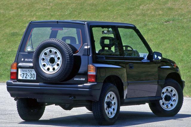 画像: リアドアは右ヒンジのスイング式。スペアタイヤを背負うスタイルは、いかにもクロカン4WDらしい。