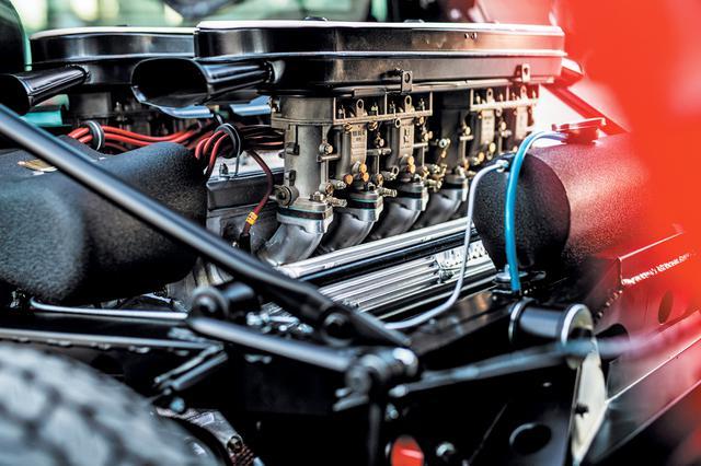 画像: 4LのV12 DOHCはウエーバーのダウンドラフト・トリプルチョークキャブレターを4基装着。SVでは公称385psまでチューンされた。