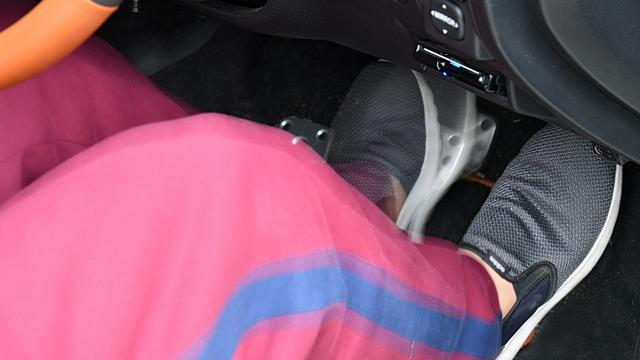 画像: 左足ブレーキはペダルの踏み間違い防止に有効な面があるが、パニックブレーキ時の効果に懐疑的な見方もある。