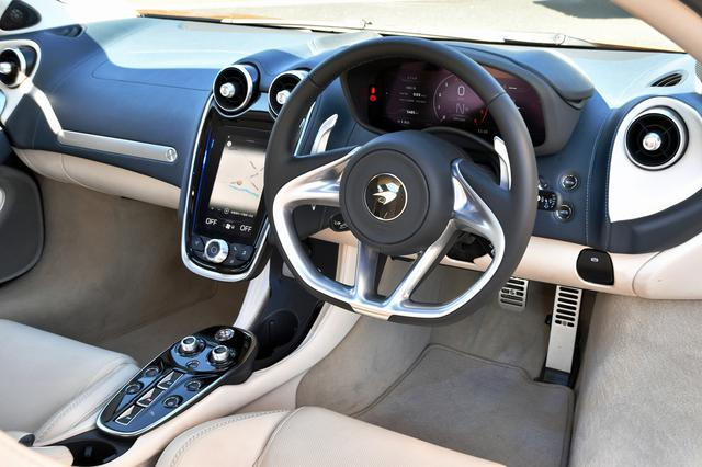 画像: インパネまわりは他のマクラーレン車と大きく変わらない。ナビの画面は、最近のクルマとしては少し小さい。