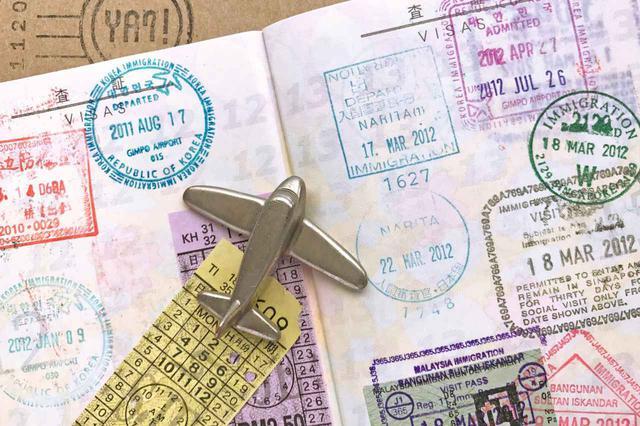 画像: パスポートに押印された出入国スタンプが「やむを得ない事情」の証拠になるが、近年は押印しないケースが増えている。