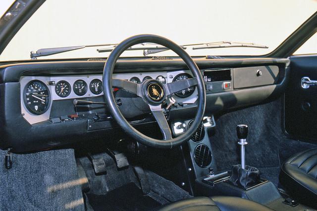 画像: 正面にサブメーター、左右両端に速度/回転計を配する独特な横長のインパネを採用。本革仕様の250Sも設定された。