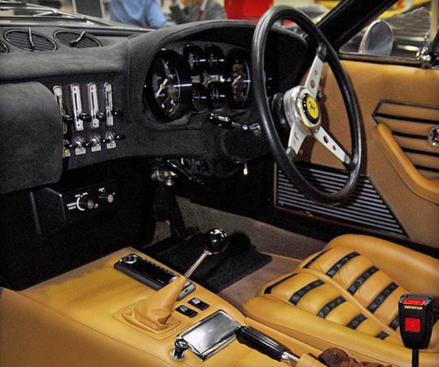 画像: 北米市場をターゲットにするため、室内の仕上げも上質だった。長いシフトレバーとシフトゲートはフェラーリの伝統だ。