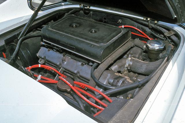 画像: 横置きミッドシップ搭載される2.4LのV6 DOHCは、圧縮比9.1とウエーバー40DCNF/7キャブ×3基で195psを発生した。